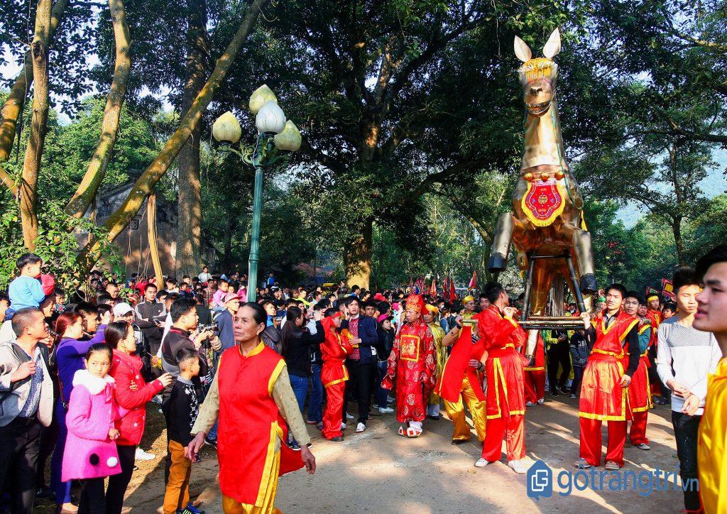 Nghi lễ rước ngựa sắt trong Hội làng Phù Đổng. (Ảnh: Internet)