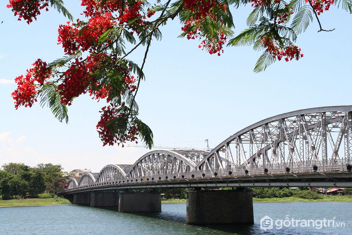 Cầu Tràng Tiền được coi là biểu tượng của xứ Huế mộng mơ (Ảnh Internet)
