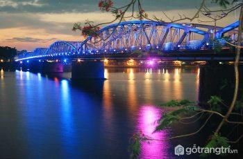 Ghé thăm Cầu Tràng Tiền biểu tượng bất diệt của vùng đất cố đô Huế