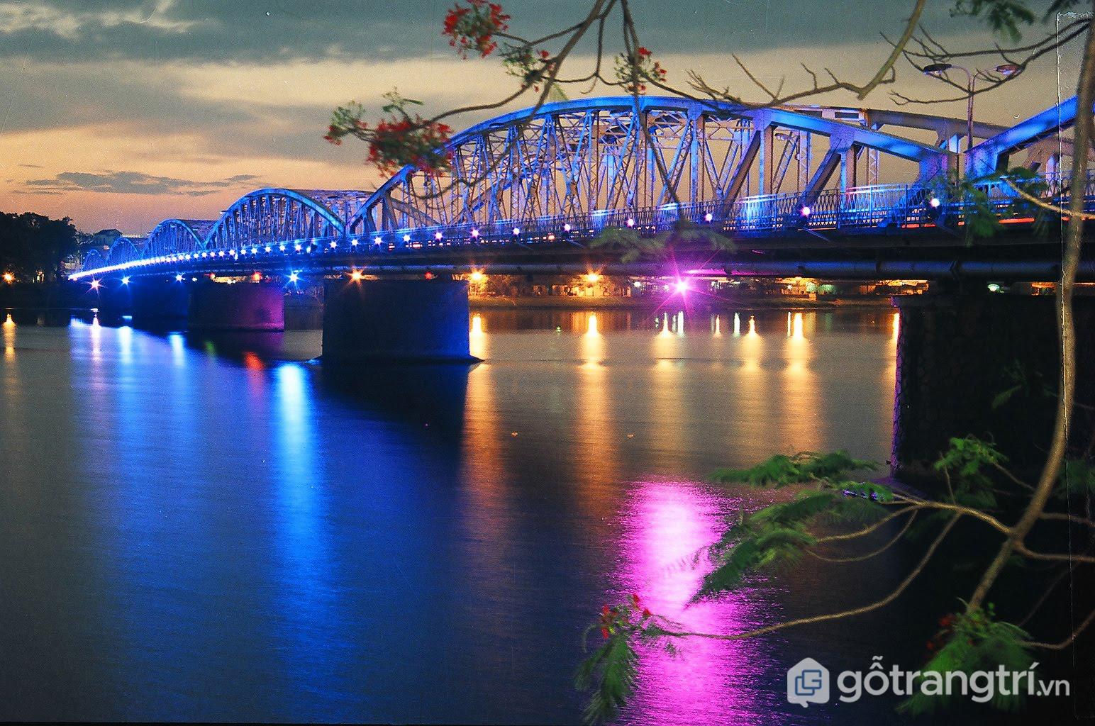 Cầu Tràng Tiền trải qua nhiều giai đoạn thăng trầm của lịch sử (Ảnh internet)