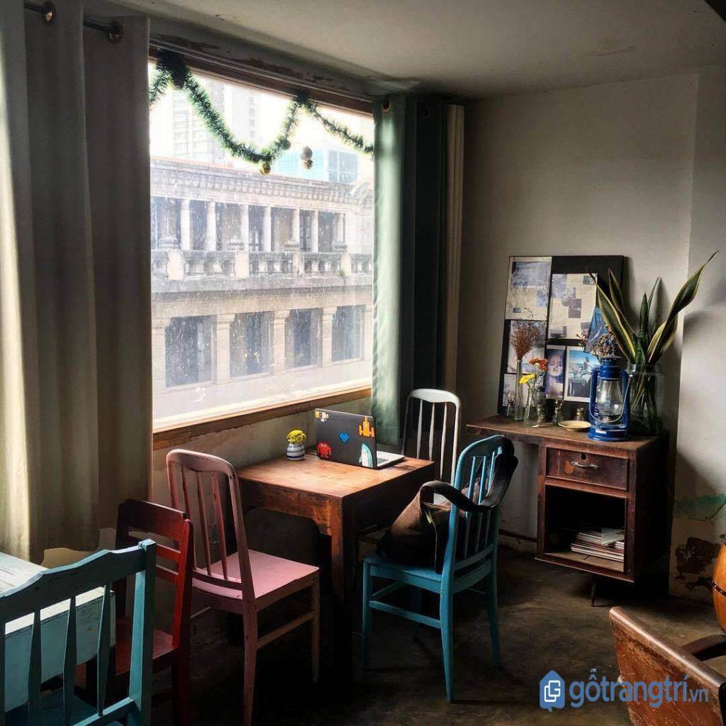 Một góc quán cà phê đẹp dành cho dân văn phòng với cửa sổ thoáng mát. (Ảnh: internet)