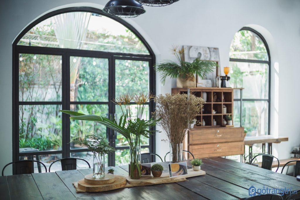 Thiết kế nhiều cửa sổ mang lại ánh sáng phù hợp cho không gian. (Ảnh: internet)