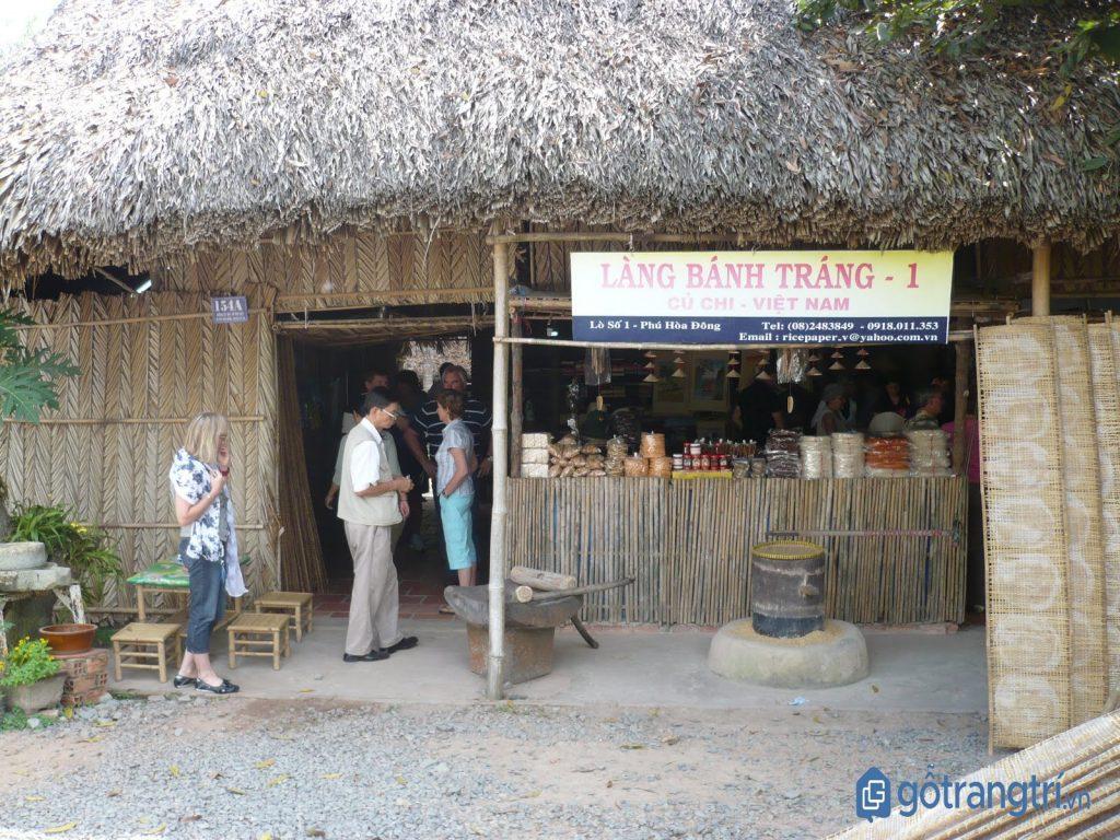 Khách nước ngoài tham quan một cơ sở sản xuất bánh tráng ở làng nghề truyền thống Củ Chi. (ảnh: internet)