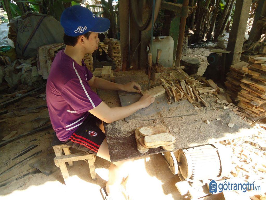Nghệ nhân nghề guốc truyền thống đang thực hiện công đoạn xẻ gỗ. (ảnh: internet)