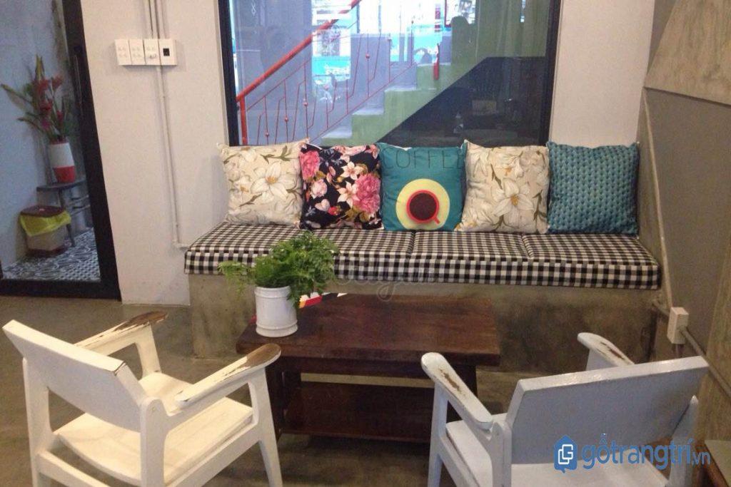Bàn cà phê kết hợp từ bàn, ghế gỗ và sofa tại CI5. (Ảnh: internet)