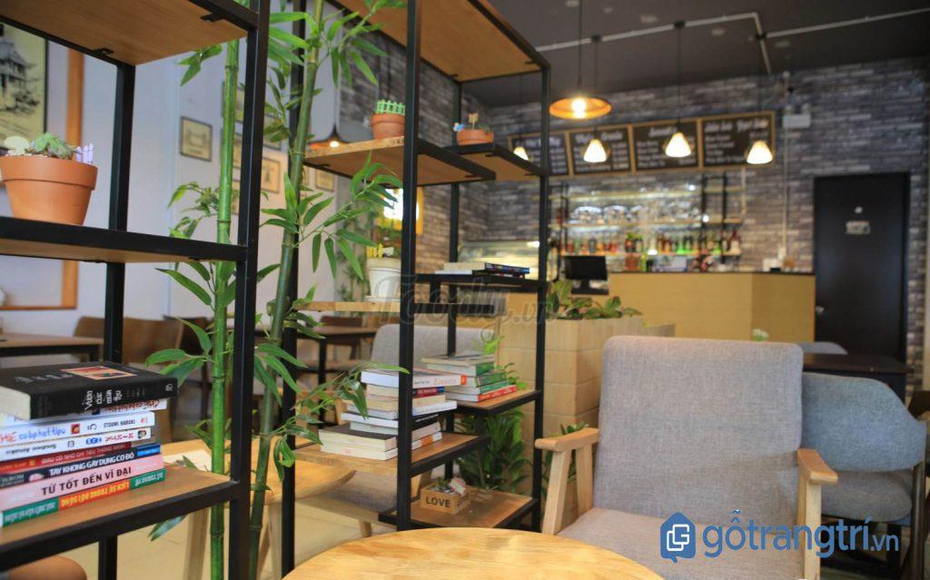 Quán cà phê dành cho dân văn phòng có kệ để sách tiện lợi. (Ảnh: internet)