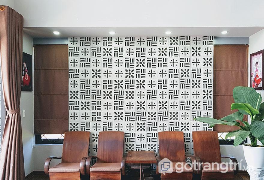 Gạch thông gió làm nền cho bộ bàn ghế phòng khách - Ảnh: Internet
