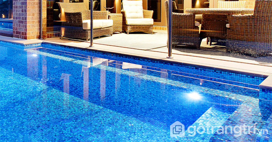 Bể bơi sử dụng gạch mosaic trang trí thủy tinh - Ảnh: Internet