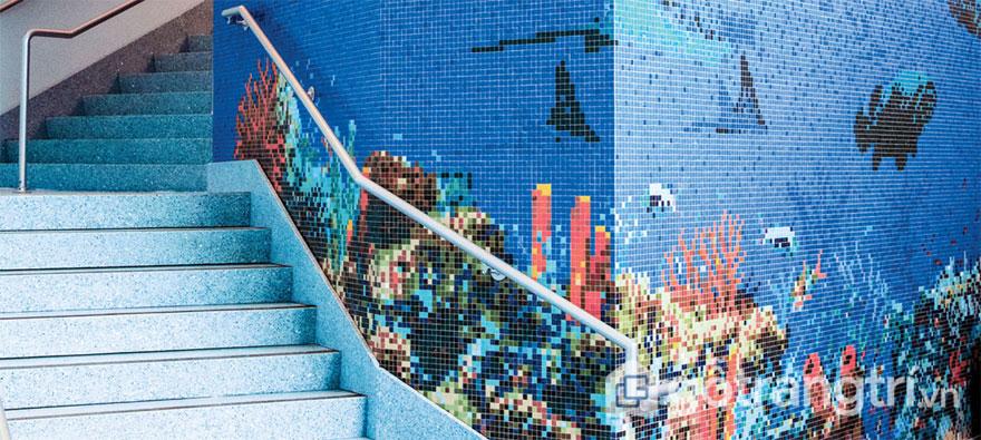 Gạch mosaic trang trí ốp tường cầu thang lên xuống - Ảnh: Internet