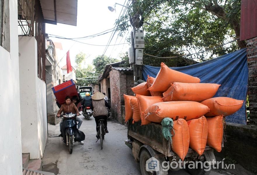 Vận chuyển vật liệu để sản xuất tại đường làng Cự Đà (ảnh: tạp chí kiến trúc)