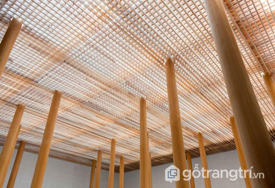 Khi gỗ lưới được sử dụng trong thiết kế trần nhà trên khu sân thượng sẽ lưu thông ánh sáng, cản được tác nhân ngoại cảnh - Ảnh: Internet