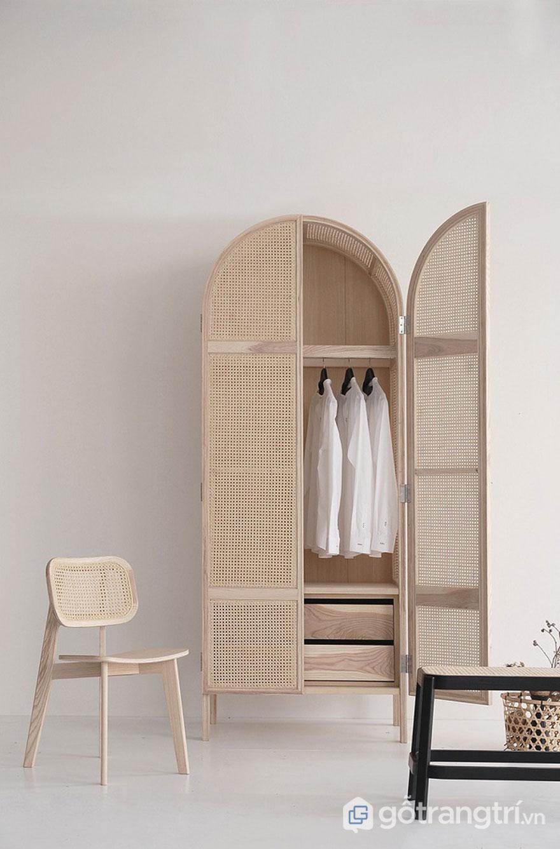 Một tủ quần áo sang trọng khi sử dụng chất liệu gỗ lưới trang trí mang đến sự thông thoáng, nhẹ nhàng - Ảnh: Internet