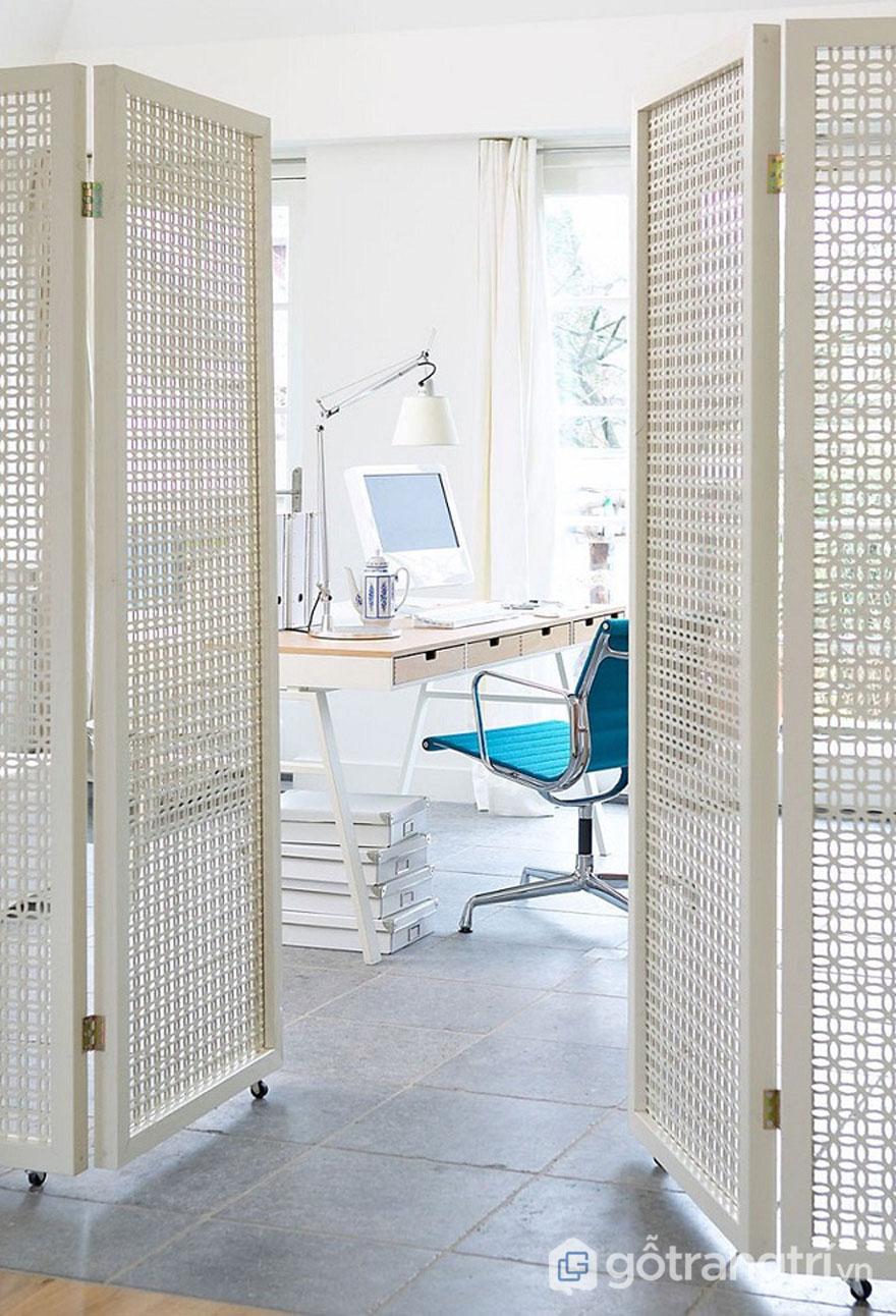 Gỗ lưới trang trí đã được thiết kế thành những cánh cửa có gắn thêm bánh xe chuyển động giúp bạn di chuyển bất kỳ nơi đâu trong căn nhà - Ảnh: Internet