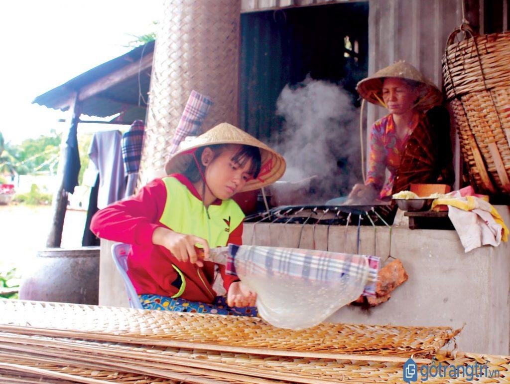 Làng nghề bánh tráng Củ Chi từ trẻ nhỏ đến người già đều làm bánh thuần thục. (ảnh: internet)