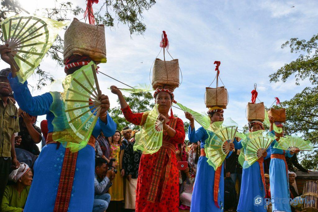 Trang phục truyền thống của người Chăm mặc trong lễ hội Ka Tê. (Ảnh: internet)