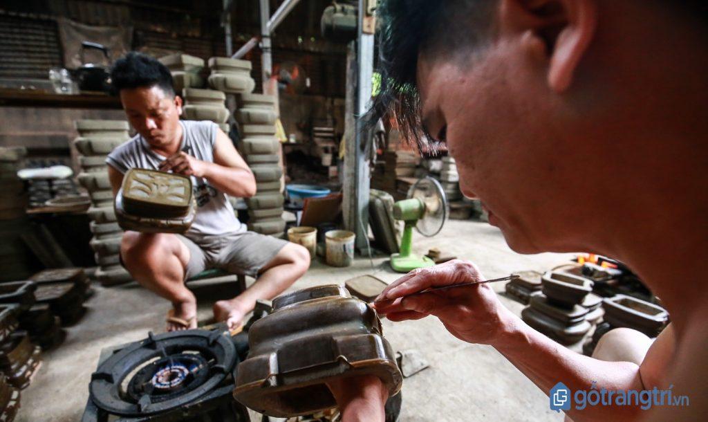 Một xưởng sản xuất tại làng nghề truyền thống đúc lư đồng An Hội. (ảnh: internet)