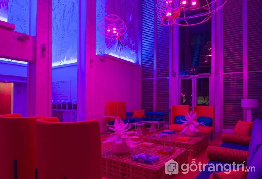 Ứng dụng màu sắc độc đáo trong không gian khách sạn nổi tiếng (Ảnh: Adam Kane Macchia)
