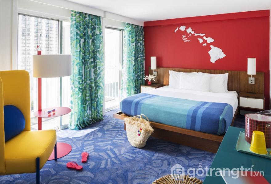 Sự kết hợp của sắc màu neon và hoa lá nhiệt đới trong không gian khách sạn nổi tiếng (Ảnh: Adam Kane Macchia)