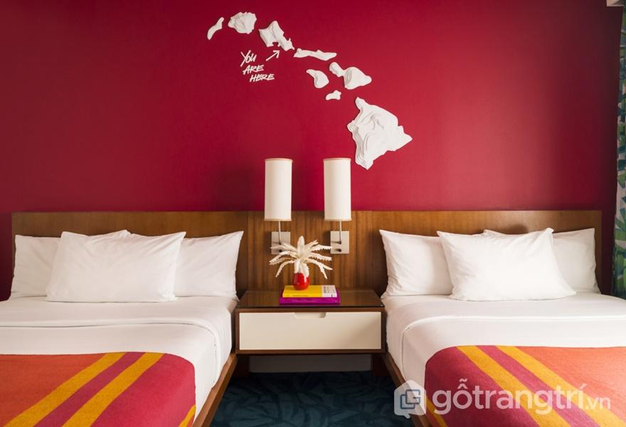 Hệ thống bản đồ Hawaii được khéo léo lồng ghép vào từng phòng ngủ tại khách sạn nổi tiếng (Ảnh: Adam Kane Macchia)