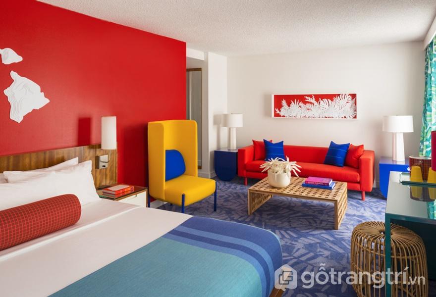 Những mảng tường ốp gỗ trắng trong khách sạn nổi tiếng này làm nền cho sự chuyển sắc qua từng ánh đèn neon (Ảnh: Adam Kane Macchia)