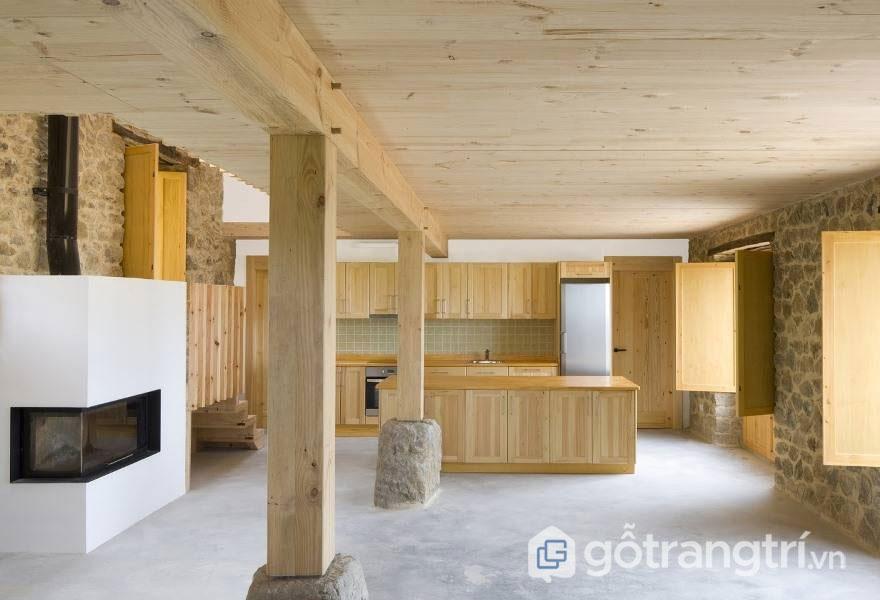 Phòng bếp này đã sử dụng chất liệu gỗ đã qua xử lý thế nên nó có bề mặt mịn, phẳng đi cùng sự sần sùi, thô ráp, gồ ghề của đá tạo nên một tổng thể tương phản vô cùng thú vị - Ảnh: Internet