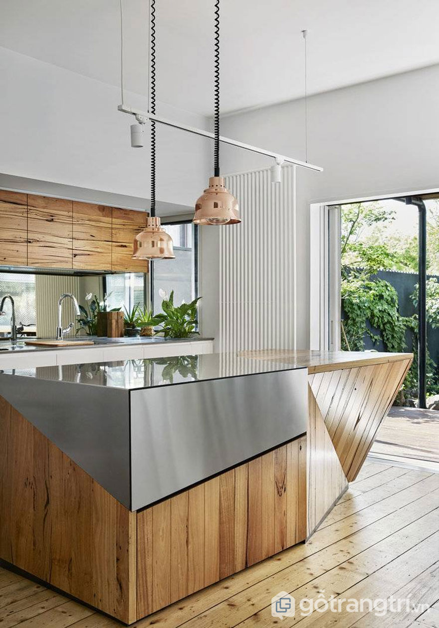 Đảo bếp vừa sử dụng chất liệu gỗ, vừa sử dụng chất liệu thép không gỉ (Ảnh: Internet)