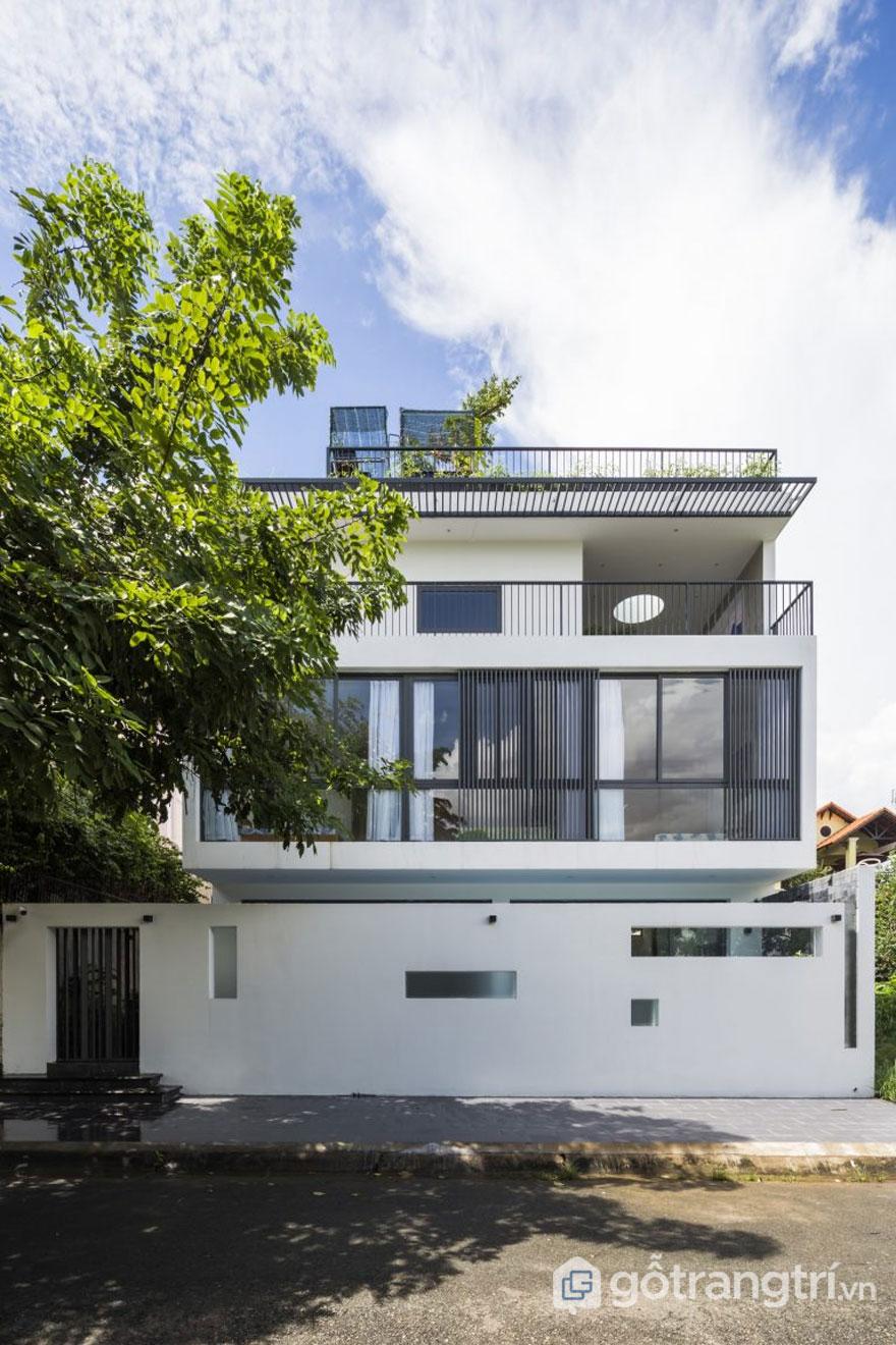 Thủ Đức House với lối kiến trúc hiện đại, đơn giản mang hơi hướng thiên nhiên khi tầng 2, tầng 3 đều sở hữu lan can rộng - Ảnh: Hiroyuki Oki