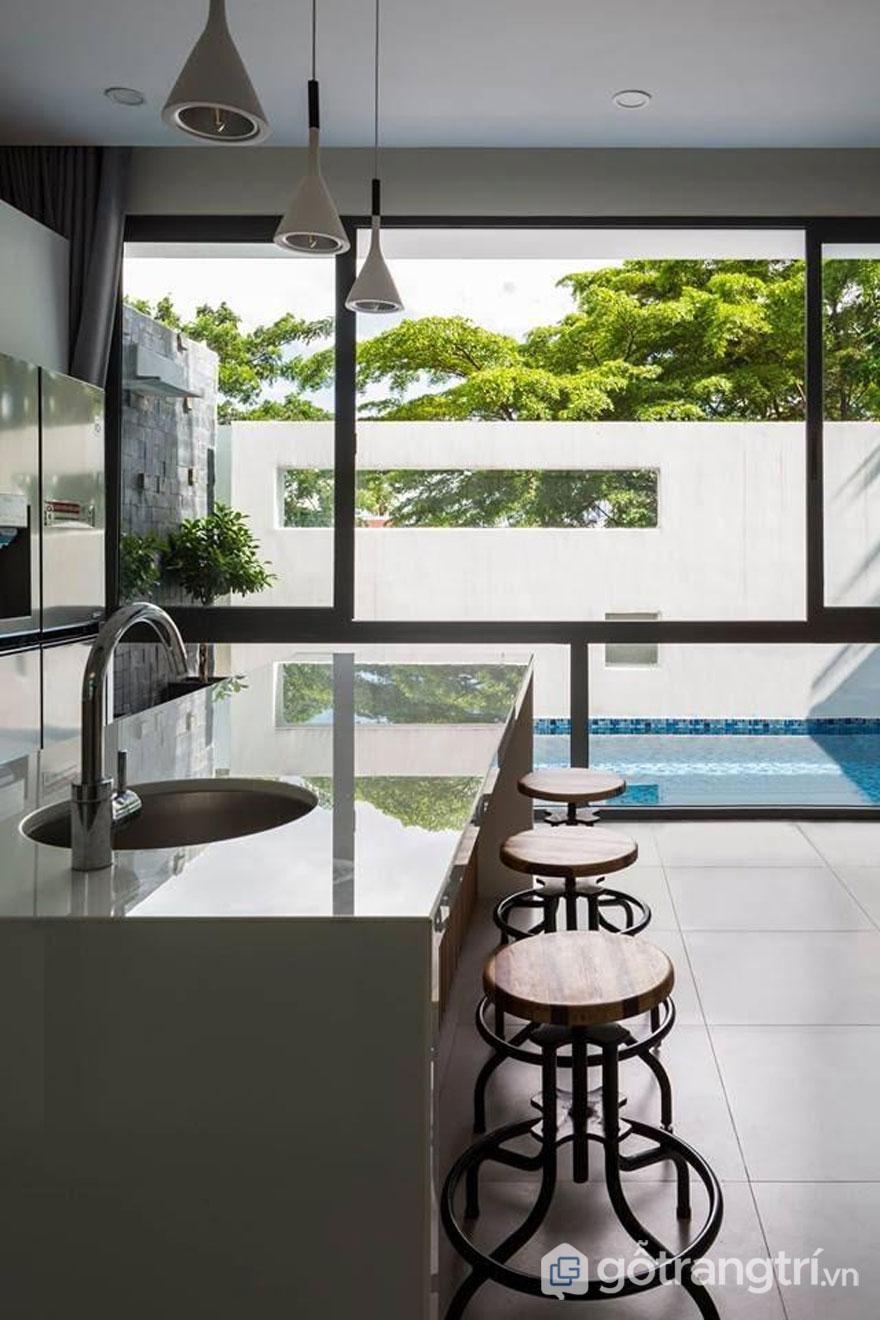 Nội thất với kiến trúc hiện đại được làm hoàn toàn từ chất liệu gỗ khi kết hợp với nguồn sáng tự nhiên sẽ xua tan sự bí bách tạo được sự rộng rãi, khoáng đạt cho căn phòng - Ảnh: Hiroyuki Oki