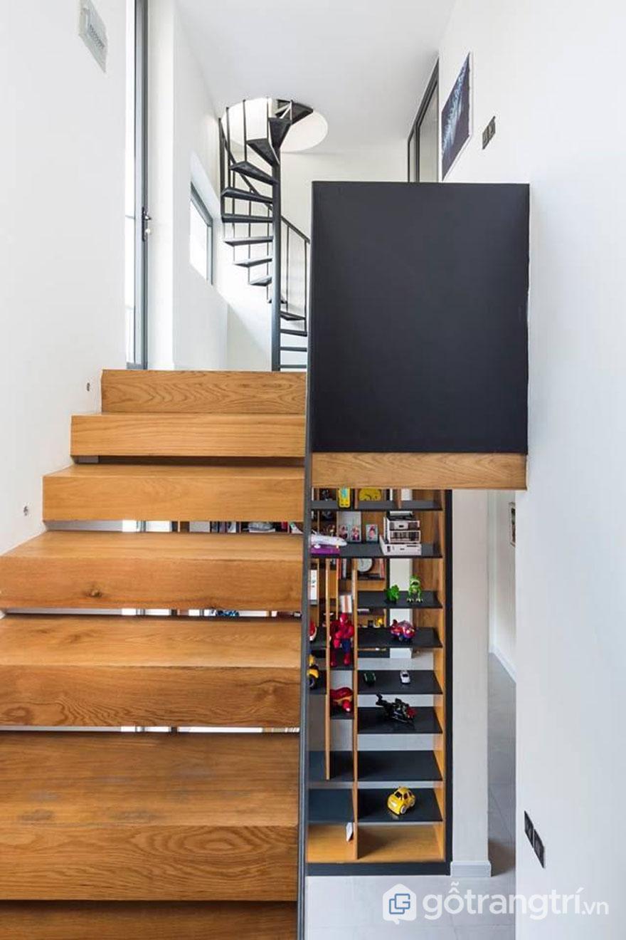 Khu vực cầu thang cũng được KTS kết hợp với kệ tủ gỗ đựng đồ tạo thành 1 nơi vui chơi nho nhỏ cho các bé - Ảnh: Hiroyuki Oki
