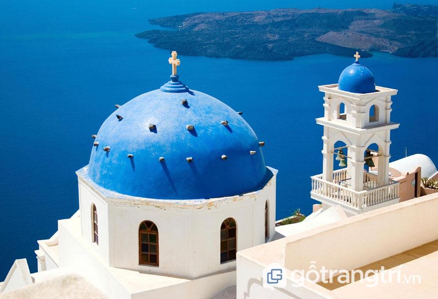 Tháp chuông cao với kiến trúc mái vòm xanh hình cobalt nổi bật - Ảnh: Internet
