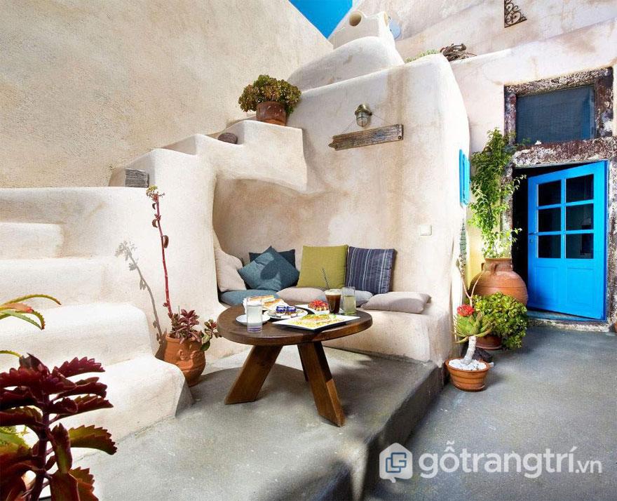 Cầu thang lộ thiên, nhà quay mặt về phía Đông Nam là đặc điểm trong kiến trúc mái vòm Santorini . Ảnh: Santonet.gr