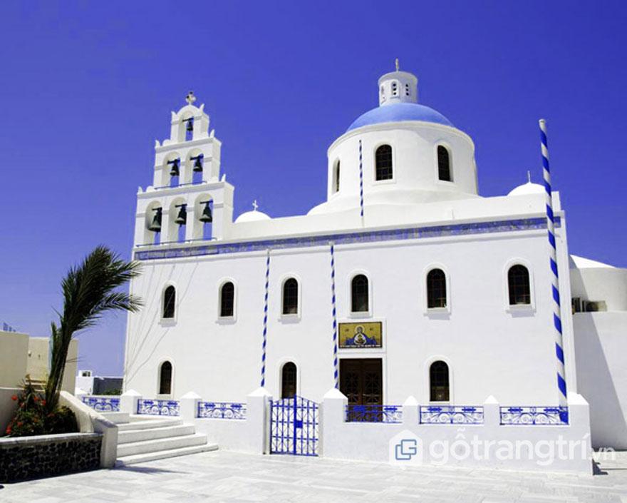 Một ngôi nhà thờ tại Oia Santorini với kiến trúc mái vòm màu xanh và tháp chuông màu trắng - Ảnh: Internet