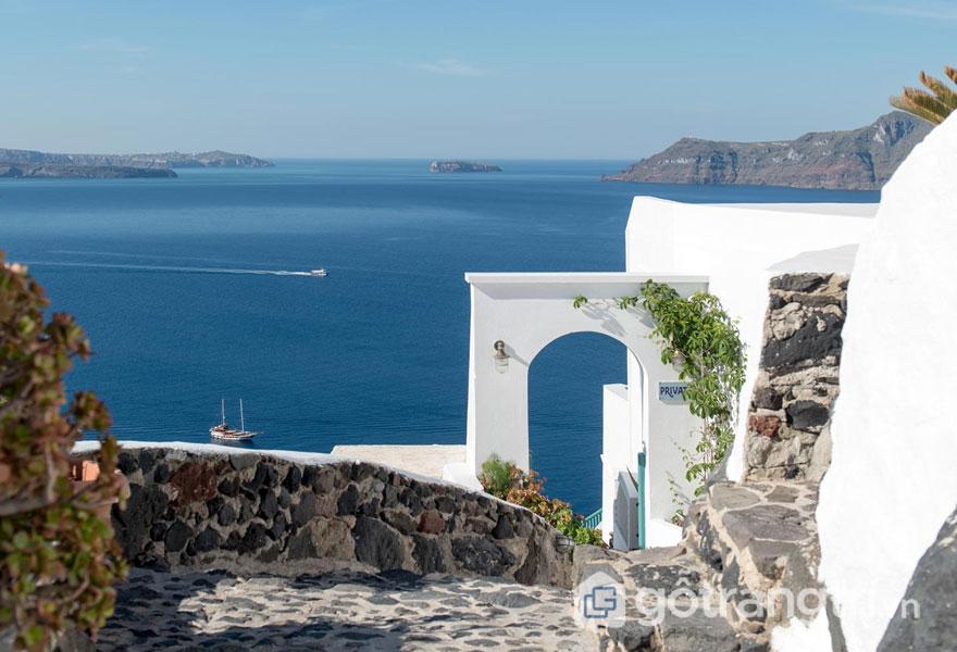Các khu nhà được dựng cheo leo trên những vách núi cùng con đường mòn lát đá làm nổi bật nét đẹp kiến trúc mái vòm độc đáo ở Santorini. Photo: strogilisantorini.com