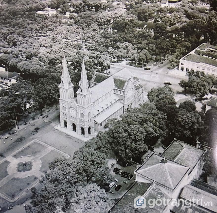 Nhà thờ chính tòa Đức Bà nhìn chính diện từ trên cao xuống, và quảng trường Pigneau de Béhaine vào năm 1955 - Ảnh: Đình Phú