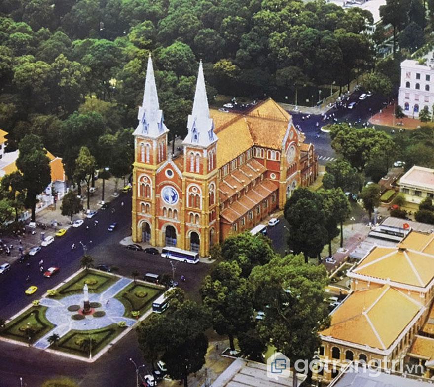 Nhà thờ Đức Bà nhìn chính diện từ trên cao và quảng trường Công xã Paris vào năm 2005 - Ảnh: Đình Phú