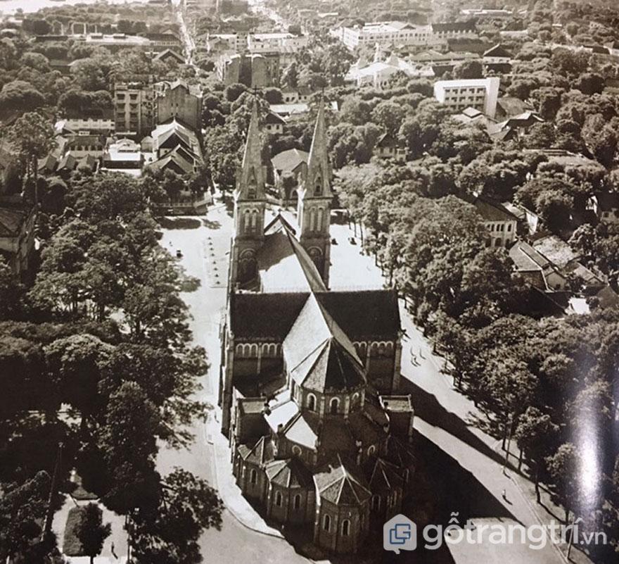 Nhà thờ Đức Bà nằm phía sau lưng, nhìn từ trên cao vào năm 1955 - Ảnh: Đình Phú