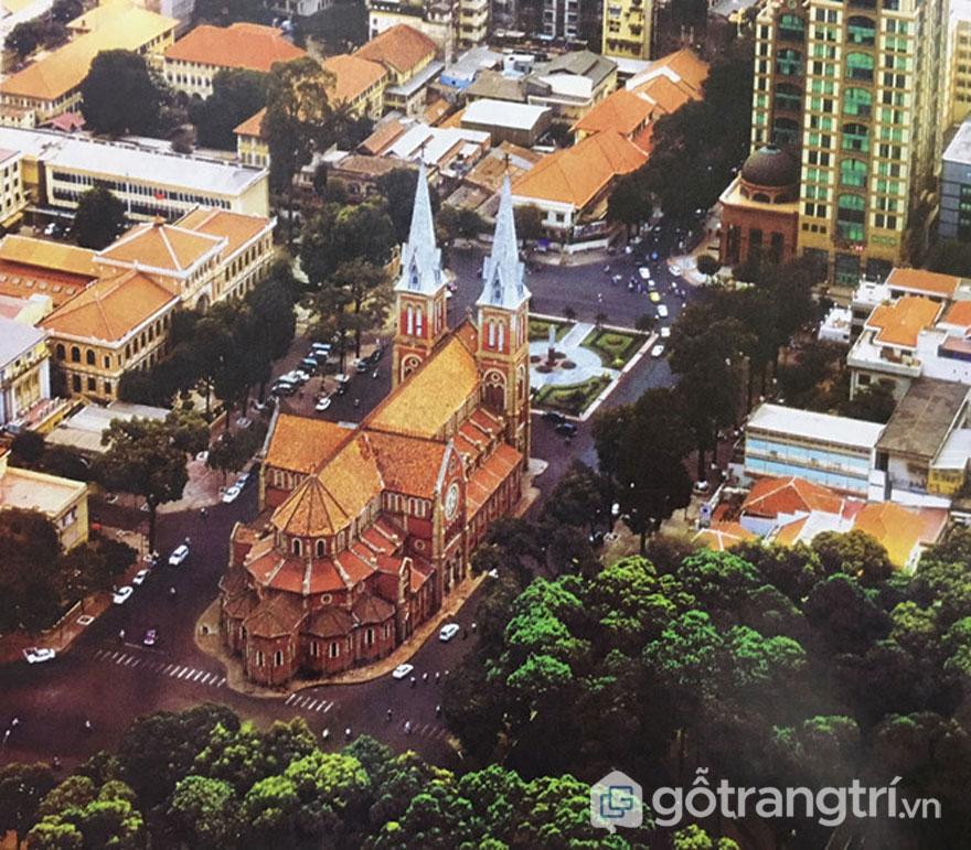 Nhà thờ Đức Bà phía sau lưng, nhìn từ trên cao vào năm 2005 - Ảnh: Đình Phú