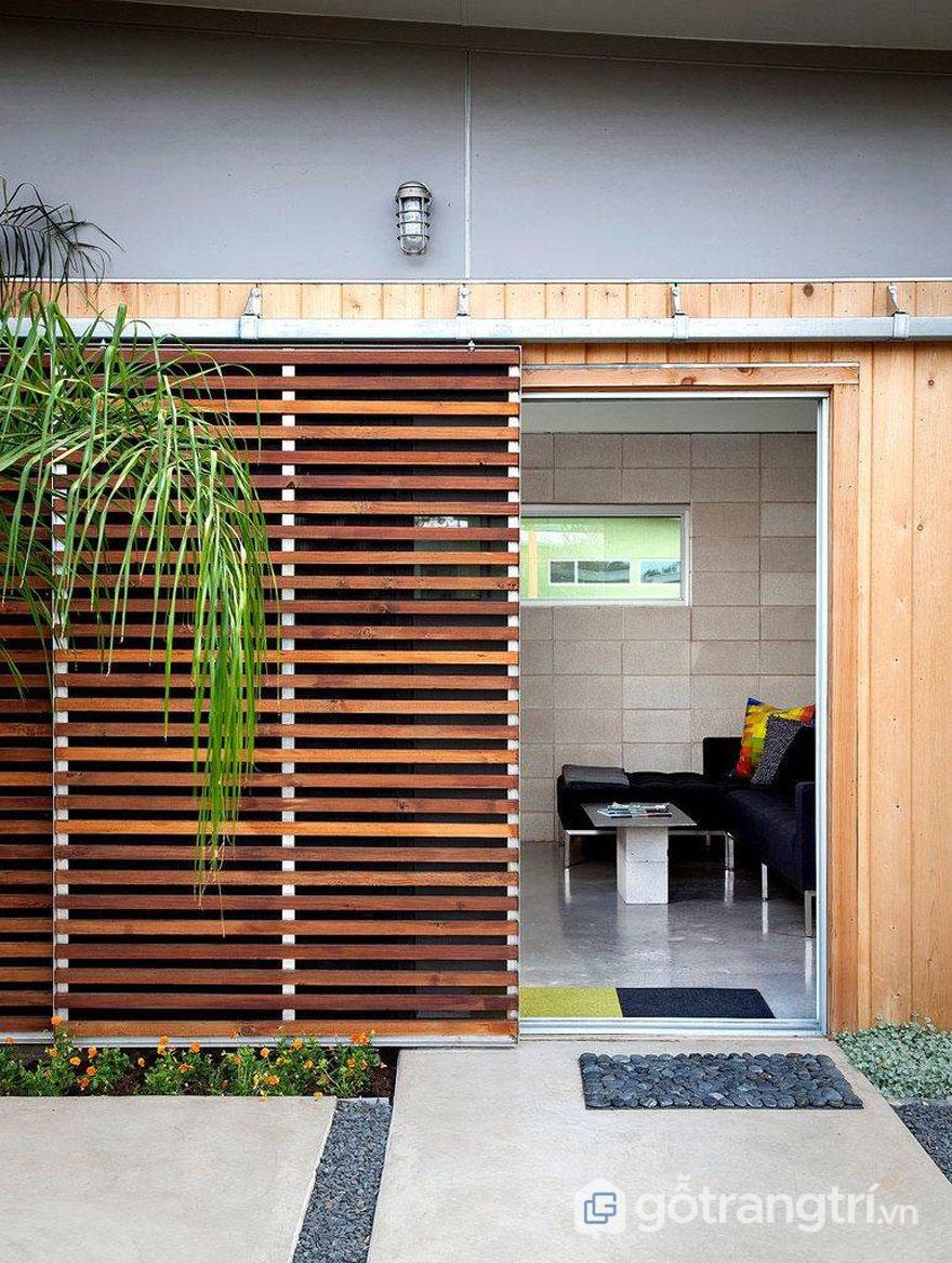 Hệ thanh lam bằng gỗ làm cửa giúp lưu thông ánh sáng và gió trời (Ảnh: Internet)