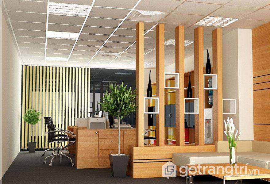 Sử dụng lam gỗ trang trí để phân tách không gian giữa phòng khách và nơi làm việc  (Ảnh: Internet)