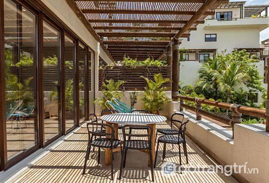 Không chỉ che nắng lam gỗ trang trí còn mang đến tính thẫm mỹ cao cho ngôi nhà (Ảnh: Internet)