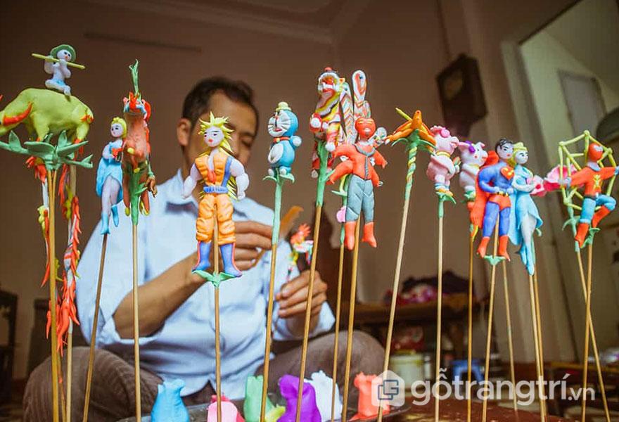 Nghệ nhân làng nghề tò he Xuân La say sưa nặn hình với mẫu mã đa dạng, nhiều sắc màu - Ảnh: Internet