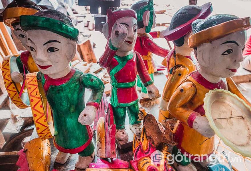 Những chú rối được trang trí với màu sắc sặc sỡ, khuôn mặt tươi tắn - Ảnh: Mai Minh Đức