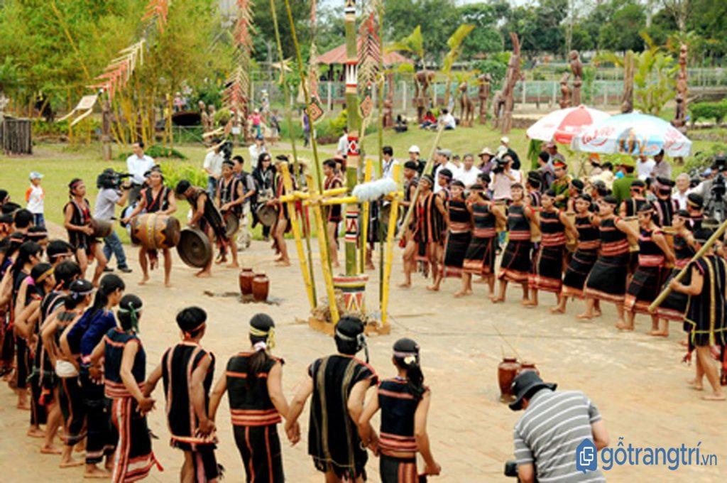 Điệu nhảy truyền thống của người Ê - đê trong lễ hội Mừng lúa mới. (Ảnh: internet)