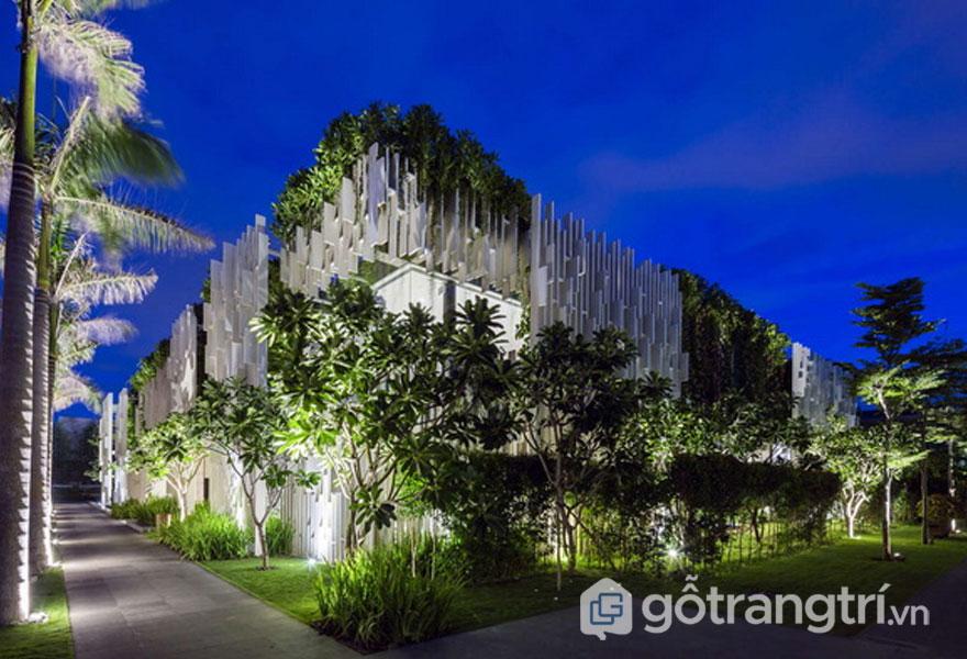 Các cây nhiệt đới được trồng xung quanh trong tôn lên vẻ đẹp kiến trúc spa đẹp - Ảnh: Internet