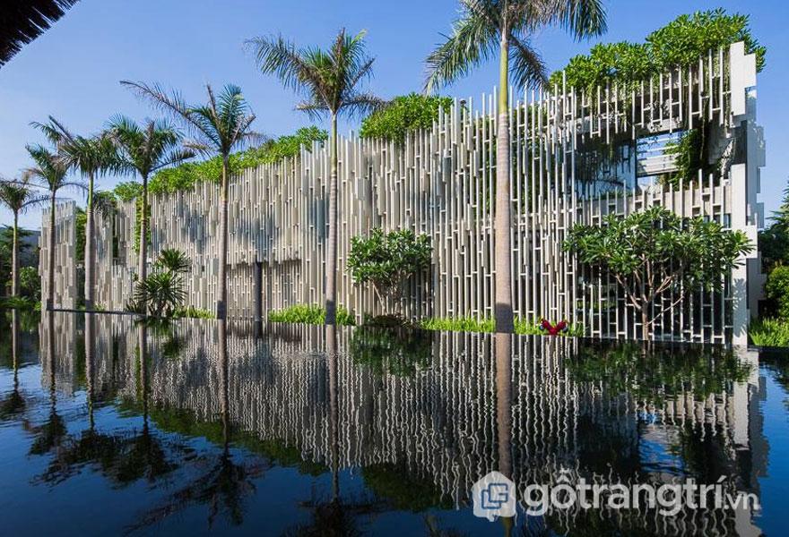 Các thanh tường hình học đã được ghép nối với nhau như là những tấm lưới tạo nên vẻ đẹp cho công trình kiến trúc spa đẹp này - Ảnh: Internet