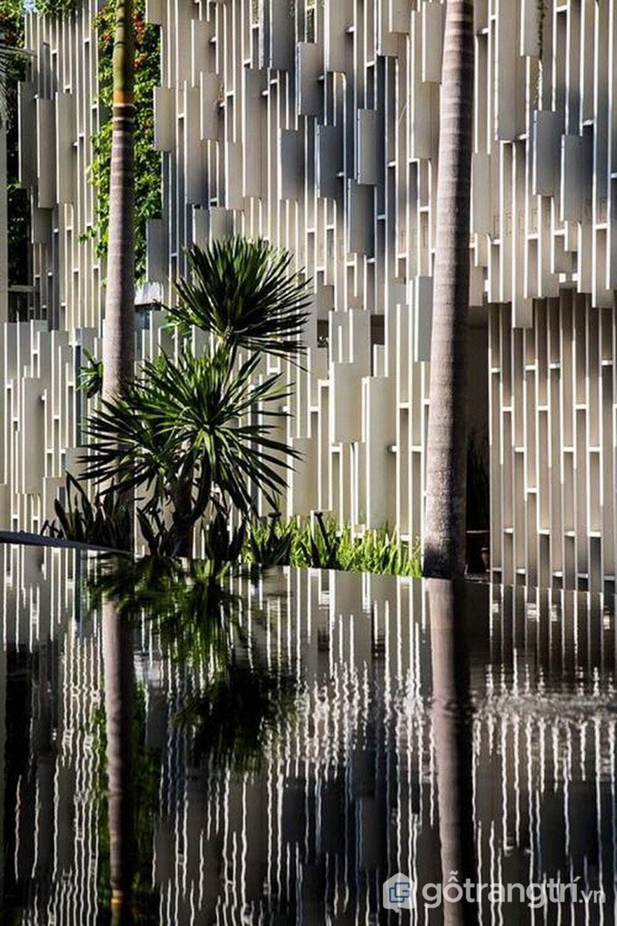 Mặt ngoài của công trình kiến trúc spa đẹp tại Naman Pure Spa với cây xanh - Ảnh: Internet