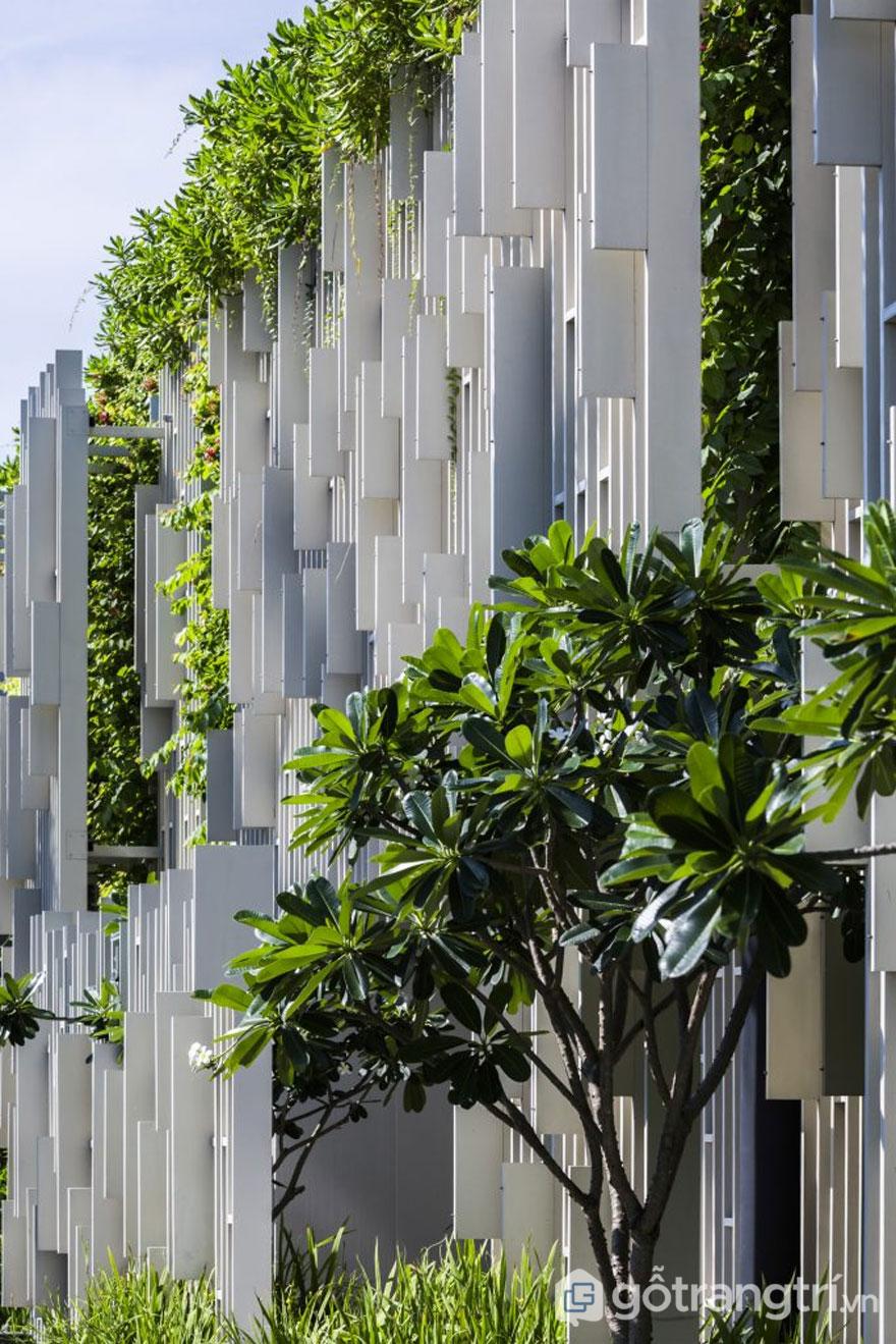 Những mảng tường sơn màu trắng làm nổi bật lên kiến trúc spa - Ảnh: Internet