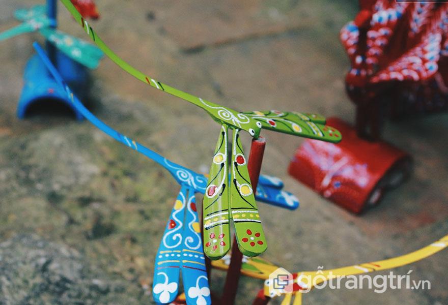Những chú chuồn chuồn được khoắc lên mình với đôi cánh đầy hoa văn - Ảnh: Kenh14.vn