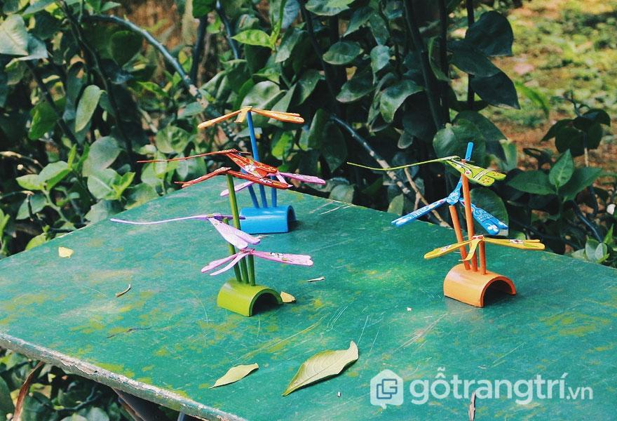 Những chú chuồn chuồn đỏ, xanh xinh xắn này được làm bằng tre thô mộc - Ảnh: Kenh14.vn