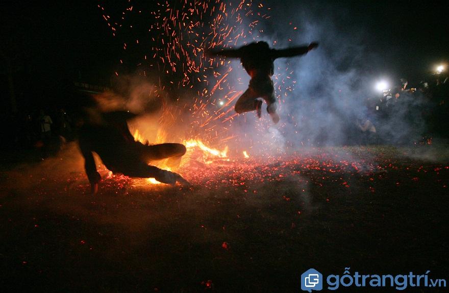 Mỗi người thường nhảy lửa trong vòng 4 – 5 phút (Ảnh: Internet)
